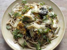 Hemgjord pasta som serveras med en riktigt mustig och god grönsakssås samt örtiga kronärtskockor.