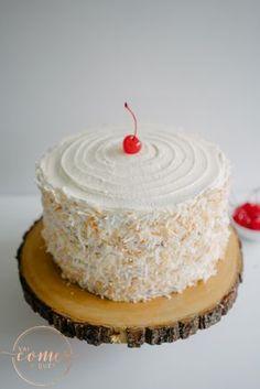 Esse bolo é tão gostoso quanto é bonito. Fica bem molhadinho! A massa leva leite de coco e deixa… Lily Cake, Chocolates, Party Organization, Kitchen Recipes, Cupcake Cookies, Vanilla Cake, Birthday Candles, Cake Decorating, Cooking