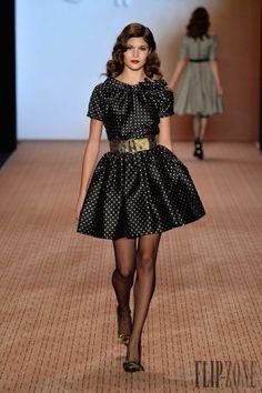 Lena Hoschek - Prêt-à-porter - Outono-Inverno 2014-2015 - http://pt.flip-zone.com/fashion/ready-to-wear/independant-designers/lena-hoschek-4434