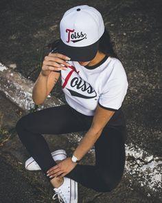 Quer um look casual e cheio de estilo da Toiss? Aposte no combo t-shirt, calça legging, boné e all star! Look Casual, Hip Hop Fashion, Streetwear Fashion, All Star, Street Wear, Street Style, How To Wear, Outfits, T Shirts