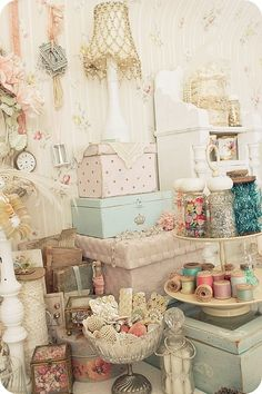 Easy And Cheap Diy Ideas: Shabby Chic Bedroom Wardrobe shabby chic table potting benches.Shabby Chic Living Room Turquoise shabby chic frames on wall. Cottage Shabby Chic, Shabby Chic Mode, Casas Shabby Chic, Style Shabby Chic, Shabby Chic Crafts, Romantic Cottage, Shabby Chic Decor, Chabby Chic, Cottage Style