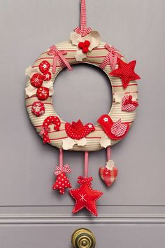 DIY Noël : une couronne de l'Avent feutrée à suspendre à sa porte Christmas Door Wreaths, Noel Christmas, Holiday Wreaths, Christmas Crafts, Christmas Decorations, Christmas Ornaments, Holiday Decor, Elegant Christmas, Rustic Christmas