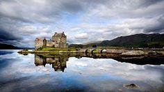 Hrad Eilean Donan a vodní hladina jako zrcadlo