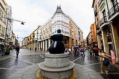 Palencia - Calle mayor, con la estatua a la mujer palentina.
