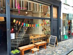 Toen Kaffee-Ine in 2011 de deuren openden was dit de eerste echte koffiebar van Mechelen. Een heerlijke vintage huiskamer met steengoede koffie.