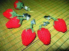 Virkattu mansikka Tarvitset punaista ja vihreää (puuvilla)lankaa ja siihen sopivan koukun sekä pumpulia täytteeksi. Kuvan mansikassa ...
