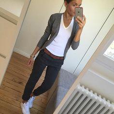 Tenue simple. Gilet gris, chemise blanche, pantalon bleu et baskets blanches,  #baskets #blanche #chemise #gilet #pantalon #simple #tenue