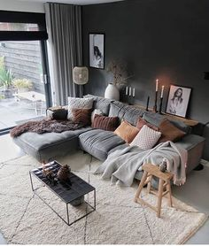 Lekker lang in bed gelegen, naar moeders en schoonouders geweest en nu gaan we de koelkast leeg eten want ik had veels te veel ingeslagen 🤪. Cozy Living Rooms, Interior Design Living Room, Home And Living, Living Spaces, Small Apartment Living, Dark Sofa Living Room, Interior Livingroom, Apartment Interior Design, Manly Living Room