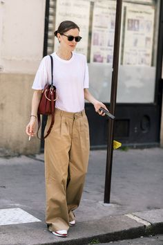Tydzień mody haute couture jesień 2018 in 2020 Fashion Week, Love Fashion, Short Noir, Pantalon Large, Street Chic, Street Style Women, Celebrity Style, Pin Up, Vogue