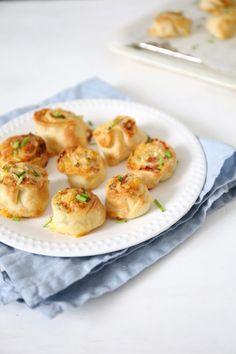 Flammkuchen rolletjes + video - Lekker en Simpel Tea Snacks, Party Snacks, Tapas, Pizza, Finger Foods, Love Food, Baking Recipes, Barbecue, Easy Meals