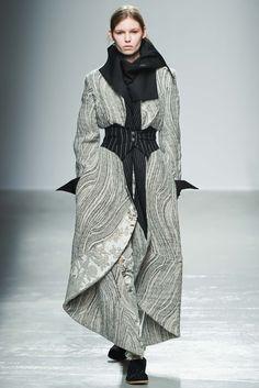 Aganovich Fall 2015 Ready-to-Wear Fashion Show - Roxy Kiscinska Vogue Fashion, Dark Fashion, Runway Fashion, Fashion Art, Womens Fashion, Fashion Design, Female Fashion, Winter Typ, Fall Winter