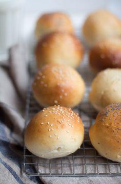 Hoe lekker is zelfgemaakt brood? Nou, gewoon echt heel lekker. Deze witte bolletjes maakte ik naar een recept van Robért van Beckhoven en wilde ik jullie niet onthouden. Ik bakte ze voor een familiefeest en de broodjes werden geserveerd met pulled pork en kipsaté, het smaakte allemaal heel erg lekker. Ik had gedacht dat de …