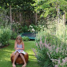 Romantische-speelse-tuin-met-tuinhuis-Wilp-04 Garden Drawing, Garden Painting, Garden Boxes, Garden Planters, Garden Container, Garden Table, Low Maintenance Garden Design, Backyard Trampoline, Minimalist Garden