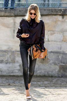 """キャメルとブラックのコンビネーションがモードな、「クロエ」の""""ダルストン""""バッグを掴み持ち。シルクシャツで仕上げたきれいめワークスタイルに、シックな差し色を加えて。"""