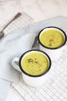 Zucchini soup with pesto - ready in 25 minutes! - Tasty and Simple - DELICIOUS AND SIMPLE Every day new tasty, fast and simple recipes at Lekker en Simpel. Pesto, Lunch Snacks, Healthy Soup Recipes, Vegetarian Recipes, Simple Recipes, Zucchini Soup, Good Food, Yummy Food, Slow Cooker Soup