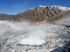 立山室堂散策のハイキングルート案内。地獄谷から高温の温泉が湧き出ています。付近の山小屋へ温泉が引かれています|北アルプス登山ルートガイド。Japan Alps mountain climbing route guide