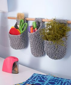 A free crochet pattern of hanging baskets. Do you also want to crochet these baskets? Read more about the Free Crochet Pattern Hanging Baskets Crochet Gifts, Crochet Yarn, Crochet Hooks, Free Crochet, Crochet Organizer, Crochet Storage, Crochet Basket Pattern, Easy Crochet Patterns, Crochet Baskets