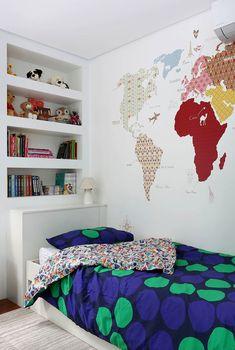 Decoração de apartamento. No quarto, na parede mapa mundi, estante branca com livros e adornos.  #casadevalentina #decoracao #decor Room Design Bedroom, Home Decor Bedroom, Kids Bedroom, Dream Kids, Kid Beds, My Room, Home Office, Sweet Home, Kids Rugs