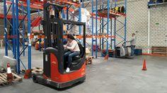 Ejercicio de estiba en estantería con carretilla trilateral en la formación para ADECCO TRAINING en nuestras instalaciones de Getafe