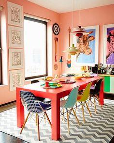 Sala de jantar! Tudo colorido! Pode? Sim 👍!!! Detalhe para nossa paleta da semana mesa de jantar! Veja mais em www.designcoolture.com #designcoolture #homelovers #instahome #instadecor #style #decorating #lifestyle #architecture #interiordesign #decoração #arquitetura #architexture #architecturelovers #instadesign #homedecor #inspiration #homesweethome #interiores #casa #home #inspiração #lardocelar #meuprimeiroapê #reformas #orange #laranja