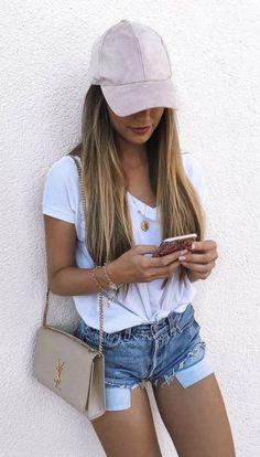 Looks con gorra rosa shorts blusa blanca bolso YSL iphone street style