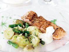 Laxtataki med sparris- och färskpotatissallad och pepparrotscrème – Allt om Mat