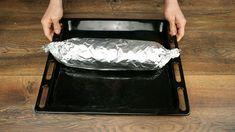 Han kavlar ut köttfärs och lägger ost ovanpå. Vad han gör sedan får hela världen att dregla! Griddle Pan, Ost, Food And Drink, Bacon, Design Inspiration, Grill Pan, Pork Belly