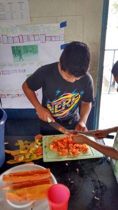 Preparando un coctel de frutas