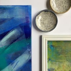 Blue and green art wall inspiration with ceramic bowls to add a bit of a 3D effect ;-)