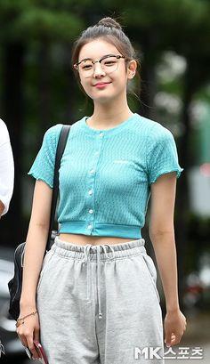 Korean Airport Fashion, Korean Girl Fashion, Blackpink Fashion, Daily Fashion, Sporty Outfits, Kpop Outfits, Mode Kpop, Cute Girl Pic, Airport Style