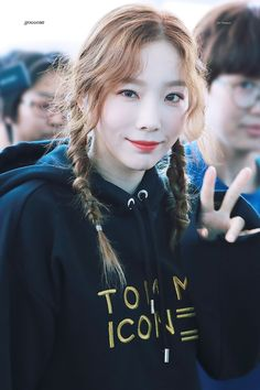 """Girls' Generation's Taeyeon is known for her delicate beauty, but netizens have identified one style that makes her look like a cute and pretty """"fairy"""". Girls Generation, Girls' Generation Taeyeon, Kim Hyoyeon, Yoona Snsd, Sooyoung, Airport Photos, Kwon Yuri, Kim Tae Yeon, Jessica Jung"""