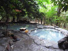 温泉通や旅行ファンからも人気がある、一度は行ってほしい日本全国の秘湯ベスト20を紹介します。 よく雑誌などで温泉ランキングを目にしますよね。全国には皆さんが良く知ってる温泉もあればあまり耳にしない温泉も多いことでしょう。日本人は温泉大好き^^秘湯といわれている温泉に入ってみたいと思いませんか~そんな温泉が見つかるといいですね♪   1位. 乳頭温泉郷 鶴の湯温泉(秋田県)...
