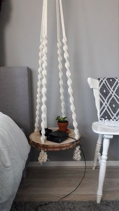 Macrame Tree disc side table/bedside table - Macrame plant hangers - By me hand-knotted macrame floating table. In different ways applicable, as side table or as table - Diy Macrame Wall Hanging, Macrame Plant Hangers, Macrame Art, Macrame Projects, Macrame Knots, Macrame Mirror, Macrame Curtain, Home Crafts, Diy Home Decor