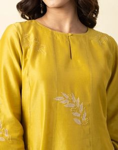 Simple Kurti Designs, Kurti Neck Designs, Green Cotton, Cotton Silk, Embroidery Suits, Embroidery Patterns, Machine Embroidery, Long Kurtas, Indian Outfits