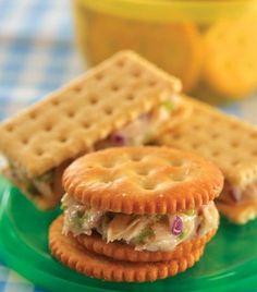 "Un delicioso sanck, ideal para tus reuniones: ""Atún con uva"" Tapas, Graduation Food, Cafeteria Food, Mini Sandwiches, Healthy Deserts, Appetizers For Party, Mini Cakes, High Tea, Kids Meals"