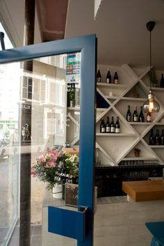 """La dernière réalisation de Camille Hermand Architectures, le bar à vin """"Aux Deux Cygnes"""", Paris, 11e. Gérante : To Xuân-Cuny.   Credit photo : @Agence Violette"""