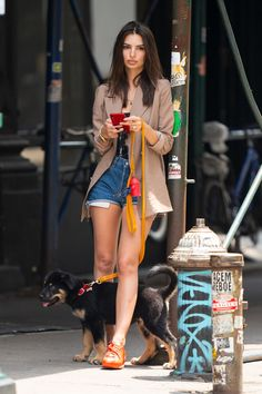 Out of a magazine! The actresses casual street style was still stunning Emily Ratajkowski is honing her low-key glam dog mom style that is perfect for walks with her new puppy Colombo. Emily Ratajkowski Dog, Emily Ratajkowski Outfits, Emily Ratajkowski Street Style, Fashion Walk, Fashion Photo, Fashion Outfits, Jean Moda, North Face Coat, Casual Street Style