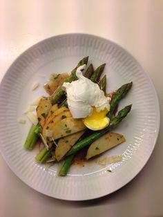 Pocheret æg (1L vand 1dL eddike), lyn kogte asparges, æbler, dressing (eddike, olie, dijon sennep, honning, salt, peber, frisk estragon) og parmesan.