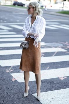 Chemise blanche et jupe camel. Comment le porter? https://one-mum-show.fr/basiques-la-chemise-blanche/