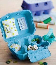 Faça um pequeno kit de costura numa embalagem de ovos, como feito neste blog. Caixas de ovos também são ótimas para organizar joias!