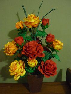 Rosa vermelhas e amarelas em eva.
