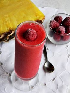 Bauturile cu fructe sunt excelente si in sezonul rece,nu numai vara,ca doar avem nevoie … Smoothie Fruit, Smoothie Recipes, Romanian Food, Beverages, Drinks, Panna Cotta, Healthy Lifestyle, Deserts, Easy Meals