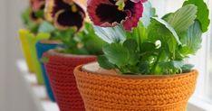 Hoje oferecemos-lhe um modelo de croché para decorar os seus vasos de forma original e criativa. Precisa apenas de um novelo de Natura XL... Crochet, Lana, Planter Pots, Basket, Homemade, Photo And Video, Knitting, Portal, Animal