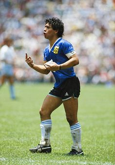 Diego Maradona of Argentina reacts whilst carrying a water bag during the FIFA 1986 World Cup match between Argentina and England at the Azteca. Retro Football, Football Boys, World Football, Soccer World, Vintage Football, Best Football Players, Soccer Players, Fifa, Argentina Football