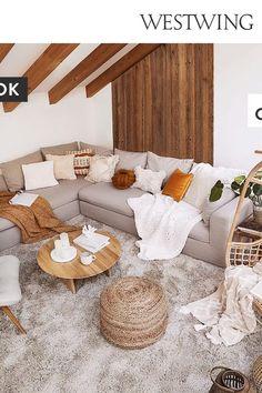 Für den lässigen Look sorgen geradlinige Akzente wie das Sofa und der runde Couchtisch aus Holz, ein flauschiger Teppich und der Kissen-Plaid-Mix. Spannender Kontrast dazu: Jute betont wieder die gemütliche Coolness und bringt einen Schuss Boho-Flair. Das Ergebnis wirkt am Ende wunderbar harmonisch!/Westwing Shop the Look Interior Design Wohnzimmer Couch Sofa neu Landhaus einrichten dekorieren