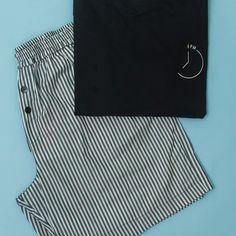 Bermuda listrada + T-shirt Preta. Bermuda, Bikinis, Swimwear, Fashion, Babydoll Sheep, Black, Men's, Bathing Suits, Moda