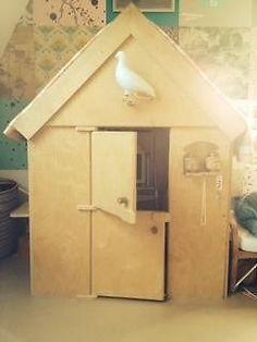 Prachtig speelhuisje van mooi hout. Verkeert nog in zeer goede staat. Heerlijke plek voor de kinderen om te spelen. Onze kinderen zijn inmiddels te groot hiervoor geworden. De deuren en luikjes zijn