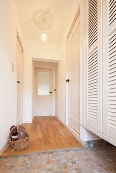 jp b 43547 Natural Interior, House Entrance, Entrance Hall, Inspired Homes, Windows And Doors, Mudroom, Interior Inspiration, Decoration, Armoire