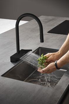 Apron Sink Kitchen, Kitchen Island Decor, Kitchen Mixer, Kitchen Taps, Kitchen Styling, New Kitchen, How To Wash Vegetables, Sink In Island, Bathroom Showrooms