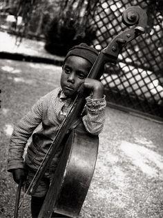 Eva Besnyö, Gypsy boy with cello, 1931 http://anjasthemeoftheweek.blogspot.it/2012/03/eva-besnyo.html